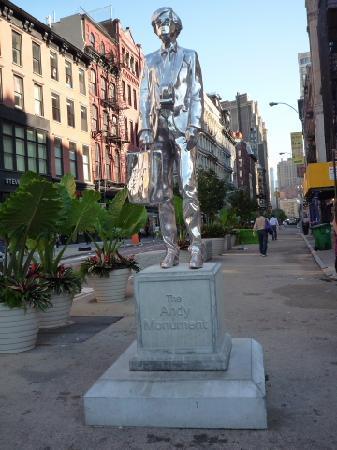Union Square: 近くにアンディ・ウォホールの像もあります。