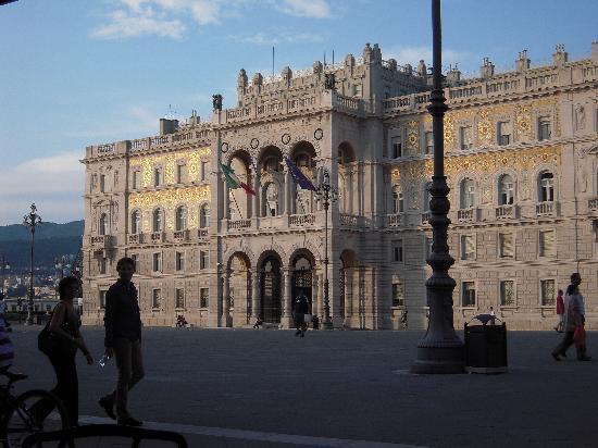 Piazza dell'Unita d'Italia: oro al tramonto