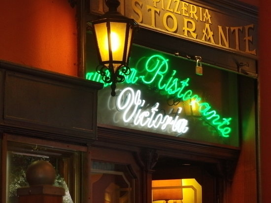 RISTORANTE VICTORIA : The sign - so you can know to avoid this place.