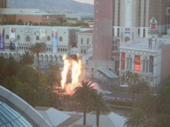 โรงแรมเดอะมิราจ & คาสิโน: Volcano from our room on 11th floor