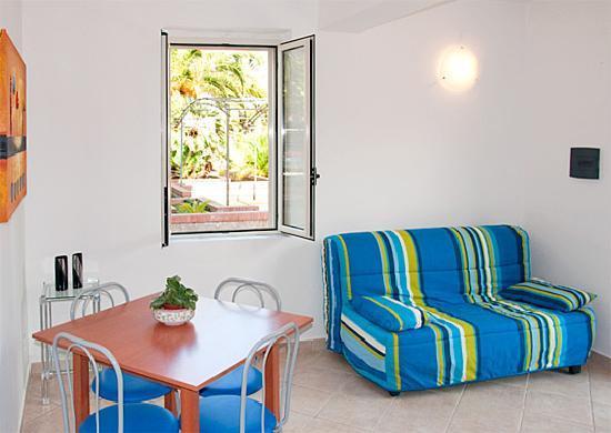 Residence Villa Fausta: Soggiorno con divano-fouton