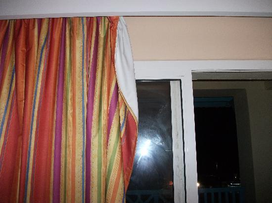 LTI Bellevue Park: curtains falling off