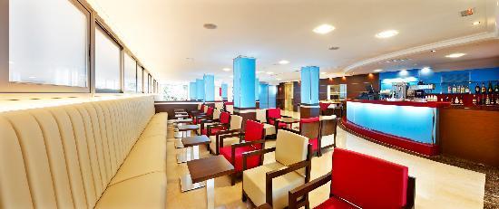 Mediterranean Bay Hotel: Bar salon