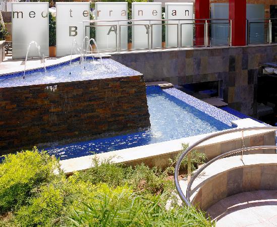 Mediterranean Bay Hotel: fuente exterior
