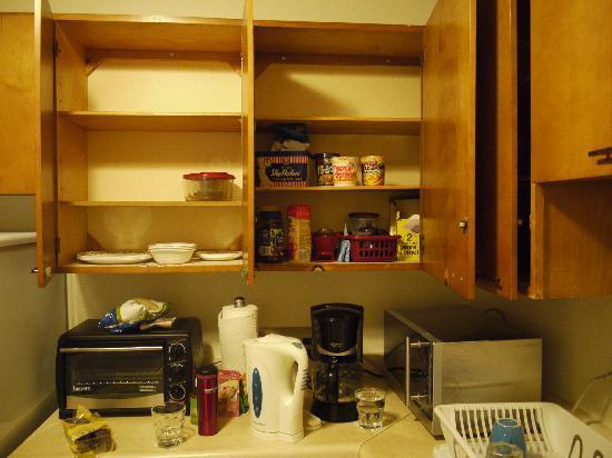 Yellowknife Polar Suite Guest Room: コーヒー類とオーブンレンジとか