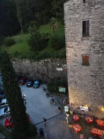 Torre del Borgo: Le Bar Restaurant est au pied de la tour, en face de l'eglise