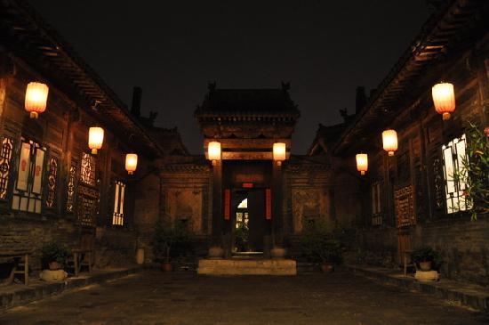 โรงแรมปิงเหยา ยี่เต: Yide Courtyard by night