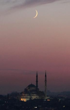 Daily Istanbul Tours: Moonrise over Istanbul
