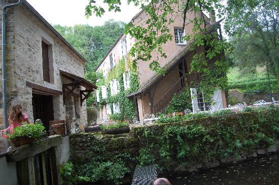 Le Moulin des Templiers: vue de l'hôtel et du moulin