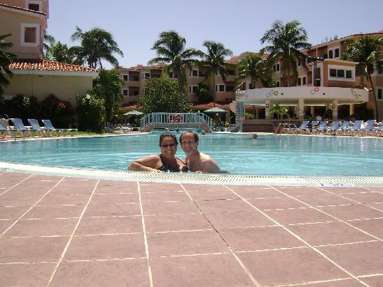 Be Live Experience Las Morlas: Italia & John Whiteside bar pool side...this is life.