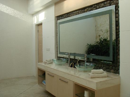 Anakula Villas: One of the bathrooms