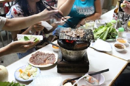 Vespa Adventures: Patrick demonstarting how to wrapped the BBQ beef in rice paper