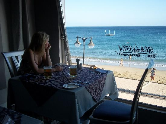 Romántica: Staring out to the sea from the window