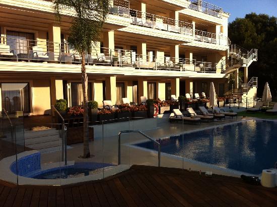 Vincci Seleccion Aleysa Hotel Boutique & Spa: poolarea, facing the hotel