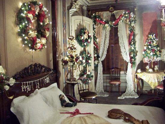 The red bedroom at christmas picture of victoria mansion for Holiday home designs victoria