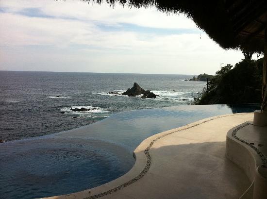 ZOA Hotel: Vista de la alberca y el mar desde el restaurante.