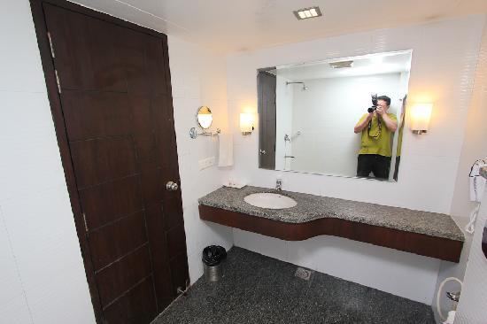 โฮเต็ล ทัช รีสอร์ท: bathroom