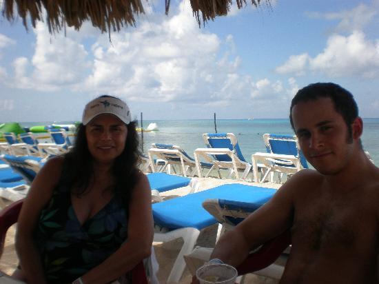 Mr Sanchos Beach Club Cozumel: Wife and Son enjoying lunch
