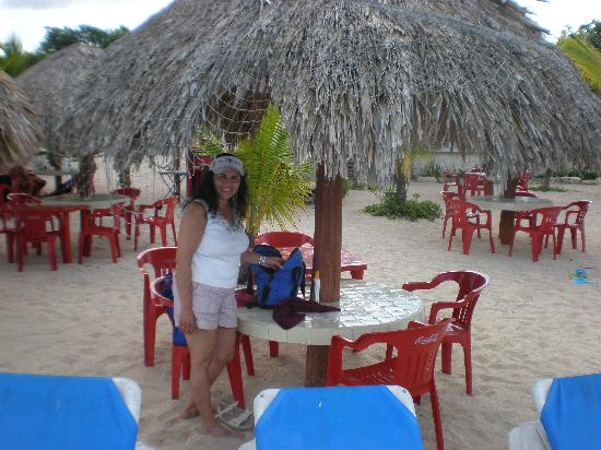 Mr Sanchos Beach Club Cozumel: Our Table behind the lounge chairs