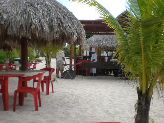 Mr Sanchos Beach Club Cozumel: The grill in front of pool bar, steps from our table!