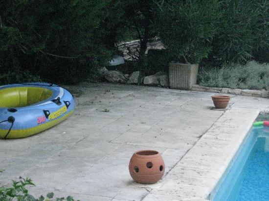 Gites La Balancelle: Pool surroundings