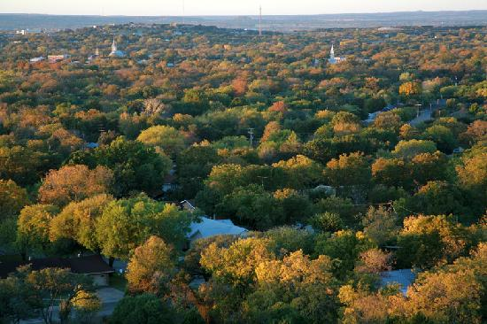 เฟรเดอริคเบิร์ก, เท็กซัส: In this Autumn scene, you can see several churches. Fredericksburg is known as the City of Steep