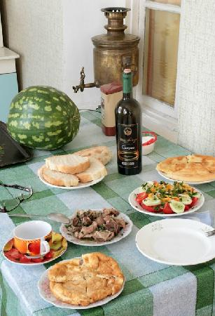 Rhezo Guest House: Summer time meal