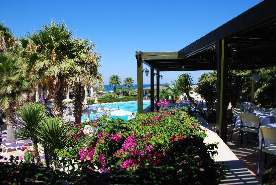 Rethymno Palace: Une partie du restaurant extérieur vue sur piscine