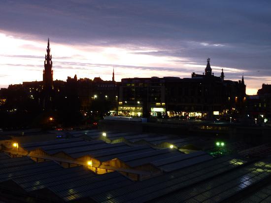 โรงแรม เดอ สก็อตส์แมน: View from bedroom window