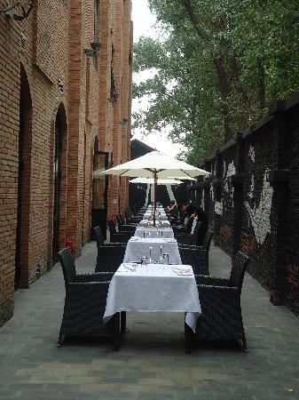 Geruisi Art Hotel: le restaurant, cote terrasse