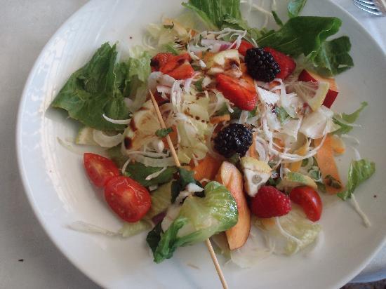Il Chiodo: Spiedino di sogliola con insalata di frutti di bosco