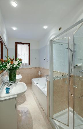 Ca' Angeli: bathroom with shower and separate whirpool bath