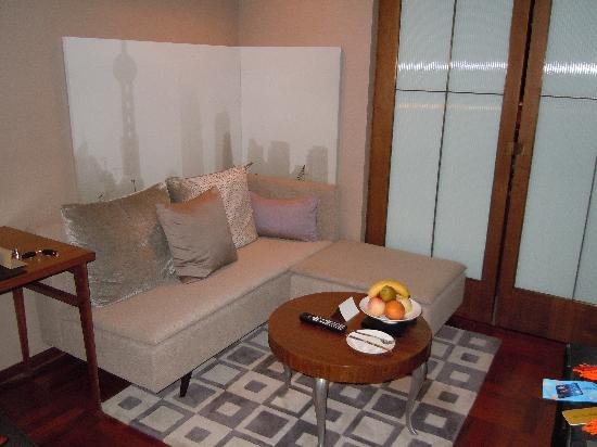 เลส์ สวีท โอเรียนท์ บันด์: Living room with a study area w/desk.
