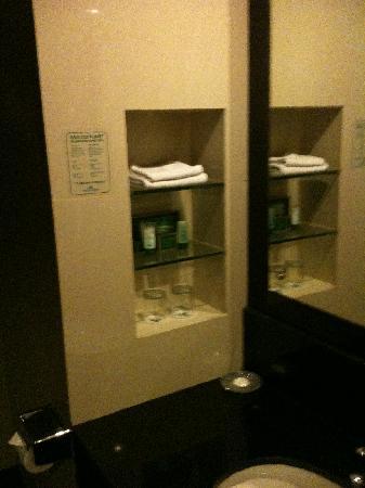 โรงแรมอีเมอรอลด์การ์เด้น: Bathroom 1