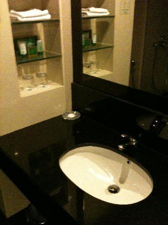 โรงแรมอีเมอรอลด์การ์เด้น: Bathroom 2