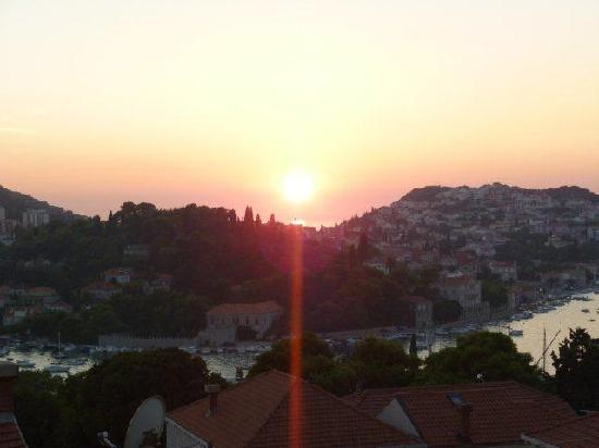 S&L Guesthouse: Sunset from seaview room