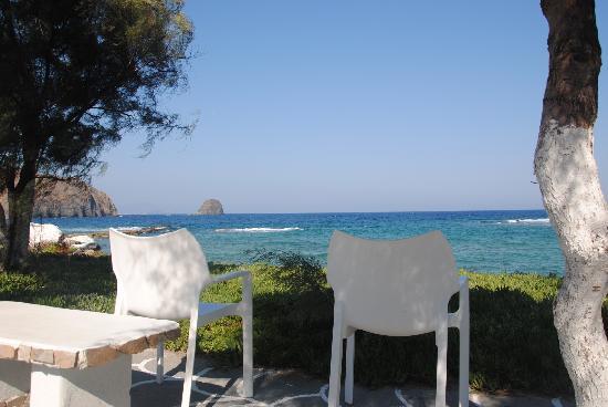 Niki Savvas Studios & Suites: Las sillitas que hay abajo en la calle, ideales para ver la puesta de Sol!