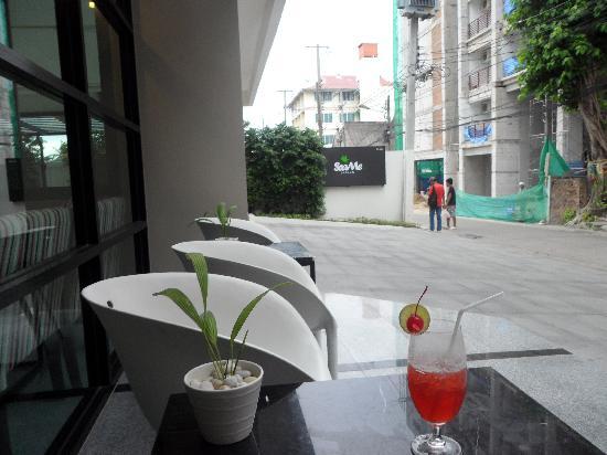 โรงแรมซีมีสปริง: outside seating