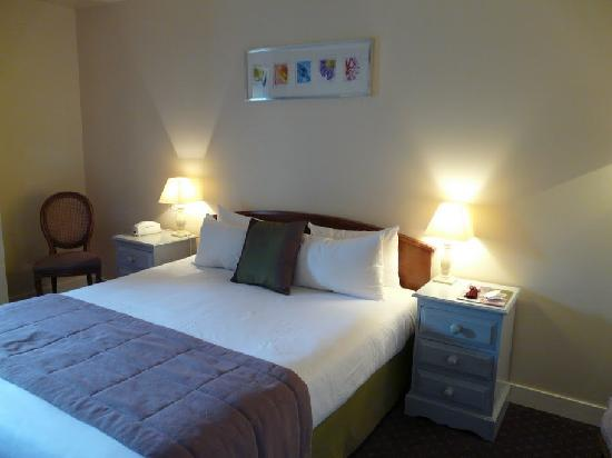 Le Manoir du Rodoir : A comfortable bed and some Ikea art