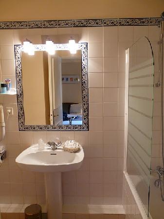 Le Manoir du Rodoir : A clean but small bath room.