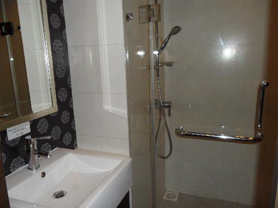 โรงแรมดี วารี ดีว่า บอลลี สีลม กรุงเทพฯ: shower
