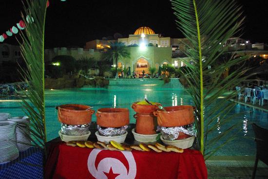 Joya Paradise: buffet devant la piscine