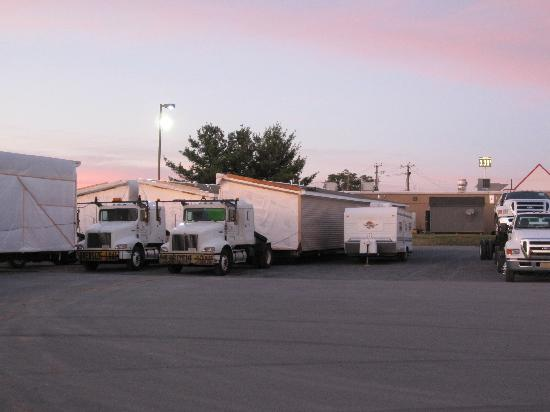 Holiday Inn Express Woodstock / Shenandoah Valley: Our camping trailer nestled in next to the double-wide!