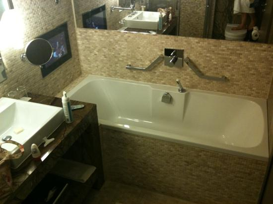 Radisson Blu Royal Hotel, Dublin: TV over the bath! Bath was massive too.