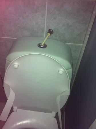 Karbel Beach Hotel: broken toilet