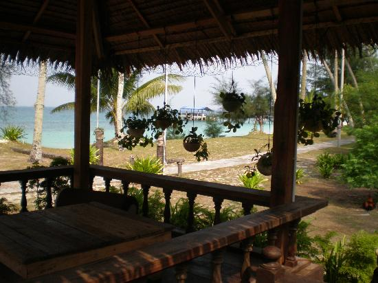 Mirage Island Resort: The terrace where everybody wants to be seated!