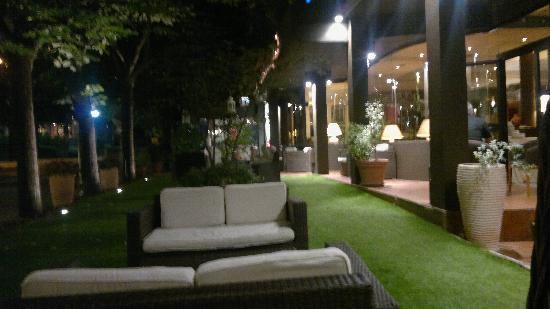 Hotel Tosco Romagnolo: giardino davanti all'hotel