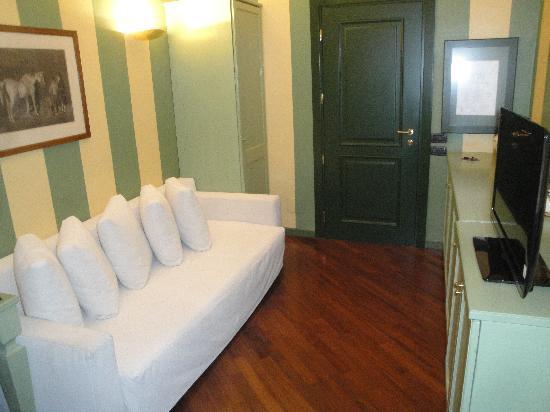 คัมเปริโอเฮ้าส์ สวีทส์ & อพาร์ทเมนส์: Sitting area within our room