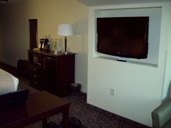 La Quinta Inn & Suites Las Vegas Airport South: Microwave, coffee, fridge, big flatscreen
