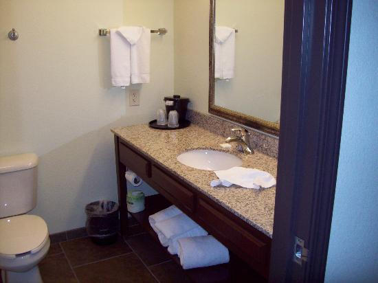 La Quinta Inn & Suites Las Vegas Airport South: Granite bathroom surfaces